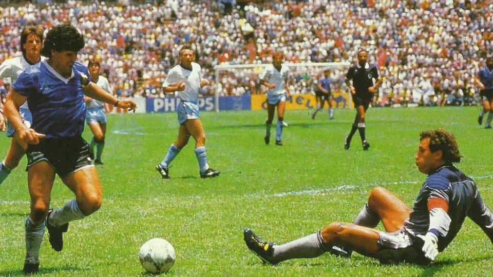Maradona menjadi pahlawan ketika Argentina kalahkan Inggris 2-1 di Semifinal Piala Dunia 1986