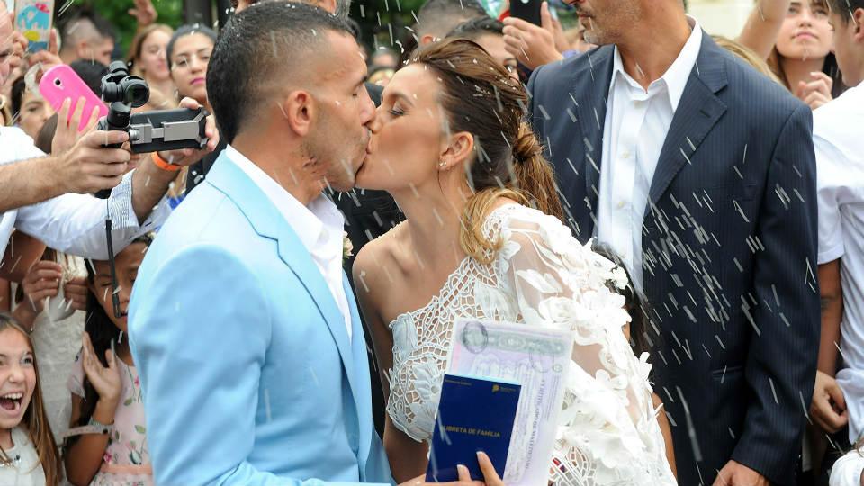 Pose berciuman pasangan mempelai Carlos Tevez dan Vanesa Mansilla